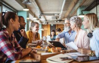 Mötes aktivitet vid ett bord