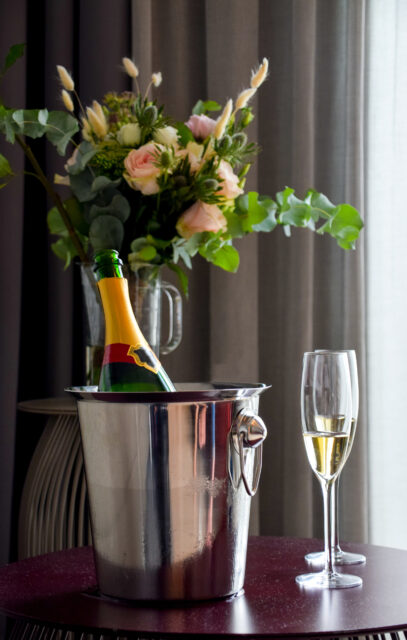 Romantisk dukning med blommor och champagne