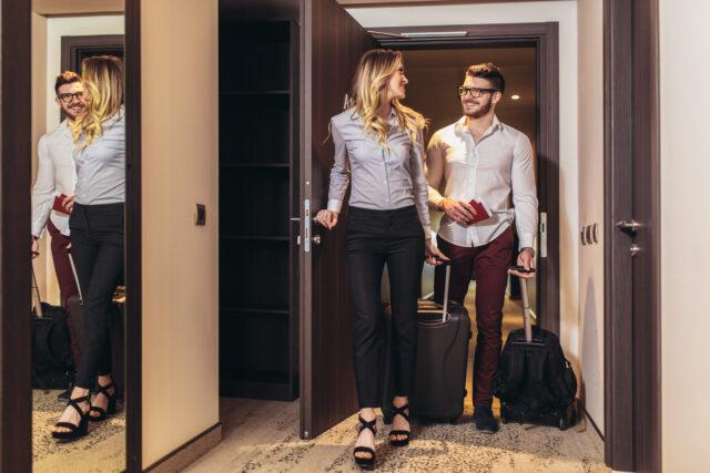 Par som går in på ett hotellrum tsm