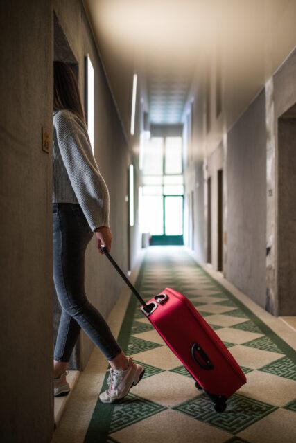 Kvinna går in i sitt hotellrum