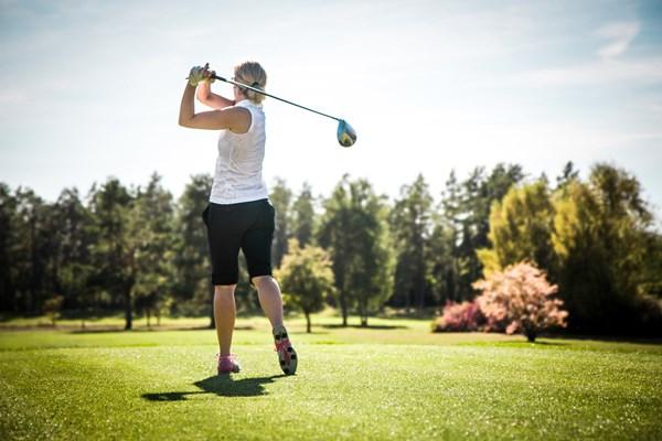 En kvinna som spelar golf
